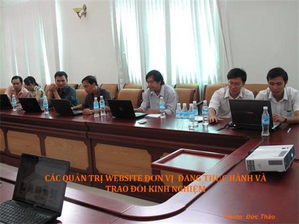 Các học vien đang thực hành và trao đổi kinh nghiệm trong lớp học QT Website
